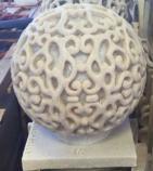 屋外の景色の庭の砂岩球によって切り分けられる健全なボックススピーカー