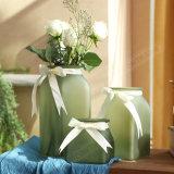リボンが付いているホーム結婚式の装飾のガラスつぼ