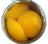 As metades de pêssego amarelo em conserva