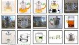 남자 또는 기계는 유리제 컵을 만들었다