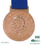 リボンが付いている金属の記念品の金メダル