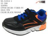 Trois chaussures sportives de gosses de couleurs