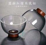 Retro Art-Glascup-Glasflasche mit hölzernem Untersatz