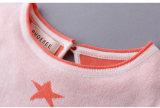 Gilrの衣服の星パターンのために着ている子供
