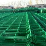 緑のヨーロッパの庭の塀の金網