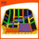 Trampolino esterno dell'interno multicolore del pozzo della gomma piuma di pallacanestro