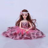 ピンクの服の美しい女の子のプラスチック人形