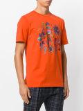 남자의 밝은 주황색 면에 의하여 인쇄되는 t-셔츠