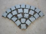Lastricatore grigio-chiaro del granito del ciottolo ingranato Fanshape del granito per la pavimentazione esterna