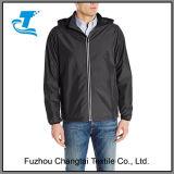 남자의 사려깊은 바람 및 물 저항하는 재킷