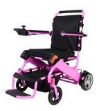 Vieux faciles portent le fauteuil roulant électrique se pliant avec la batterie au lithium
