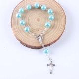 Het veelkleurige Plastiek parelt de Godsdienstige Armband van Rozentuinen met Kruis (io-CB193)