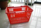Panier à provisions en plastique de supermarché avec des roues