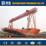 船建物のガントリークレーンを使用して修理される広大な船