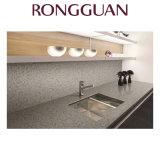 Место на кухонном столе есть раковина кварцевого камня для ванной комнаты