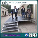 Más allá de la etapa de portátil para el concierto al aire libre con las escaleras y las piernas