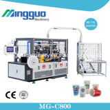 Taza de papel del café disponible que hace la máquina