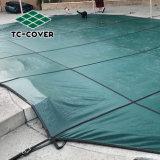 Malla de seguridad de invierno cubierta de piscina al aire libre grande sobre la superficie enterrada o piscinas y spa