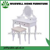 عمليّة تلبيس خشبيّة يعكس طاولة مع كرسيّ مختبر ([و-ه-066ر])