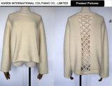 女性は開いたニットの静かに快適な円形首セーターを支持する
