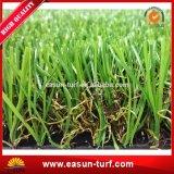 Hierba sintetizada que ajardina artificial de la hierba natural
