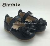 PUの甲革はBowknotの女の赤ちゃんの靴のモカシンの靴に蹄鉄を打つ