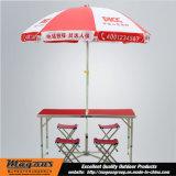 表および椅子が付いているPiccの大きい傘