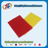 Gli sport di plastica dell'arbitro fischiano il giocattolo della scheda rossa e gialla