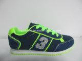 子供のためのキャンバスのスニーカーのスポーツの靴をひもで締めなさい