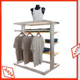 Estantes de madera de la ropa del boutique con la percha del metal