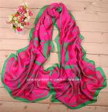 卸し売り手は女性のスカーフを作る