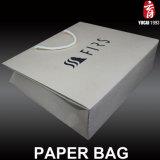 Logotipo negro bolsas de papel blanco de embalaje para la ropa