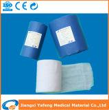 Rolo médico envolvido da gaze do algodão absorvente do ofício papel azul
