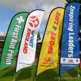 熱い販売の屋外広告ポリエステルファブリック飛行の羽のフラグ浜の旗