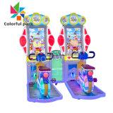Ouder-kind het Berijden Jonge geitjes die van de Simulatie van de Fiets de Video het Spel van de Arcade berijden