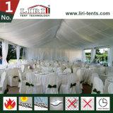 Tenda di cerimonia nuziale con le decorazioni per l'evento esterno di cerimonia nuziale