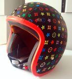 点のモーターヘルメットの開いた表面