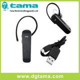 La radio passa la cuffia avricolare libera di Bluetooth con il micro cavo del caricatore del USB