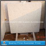 La piedra natural, los faldones de la cocina de granito blanco perla, en la pared, baldosas