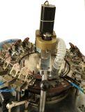 Los elástico ceñen la máquina para hacer punto