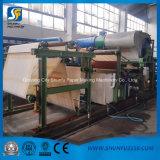 Fertigung für das Toilettenpapier, welches maschinelle die rückspulende und schneidene Herstellung-Zeile bildet