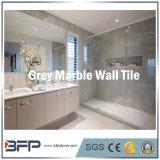 灰色の大理石の壁の正面のタイルは磨かれた表面との内部及び外面を写し出す