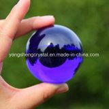 진한 파란색 투명한 수정같은 유리제 공