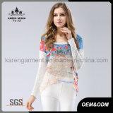 女性の偶然の特大浜によって模造される日曜日のセーター
