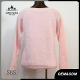 女性の冬のピンクのカーブのヘムのセーター