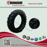 El alimentador pone un neumático los neumáticos agrícolas de los neumáticos R1