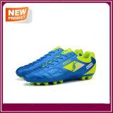 Le football sportif d'hommes chausse des chaussures de sports