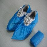 Домоец очищая устранимую пластичную крышку ботинок делая машину