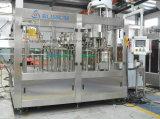 Agua mineral en botella de las bebidas que hace la máquina