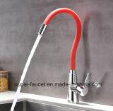 Grifo de un solo nivel de cobre amarillo universal vendedor caliente europeo Op35-1 de /Kitchen del mezclador del lavabo de Colorfull